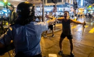 Νύχτα πρωτοφανούς βίας στο Χονγκ Κονγκ – Αστυνομικός άνοιξε πυρ κατά του πλήθους