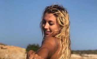 Η Κωνσταντίνα Σπυροπούλου πόζαρε τόπλες στο Instagram