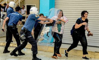 Η τουρκική αστυνομία ξυλοκόπησε διαδηλωτές μετά το ξήλωμα Κούρδων δημάρχων