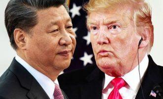 Φουντώνει άγρια ο εμπορικός πόλεμος των ΗΠΑ με την Κίνα – Δασμοί σε προϊόντα αξίας εκατοντάδων δισ.
