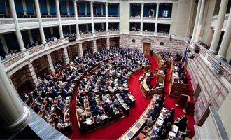 «Μπουρλότο» στη Βουλή: Η ΝΔ νομιμοποιεί με τροπολογία τον διοικητή της ΕΥΠ χωρίς πτυχίο