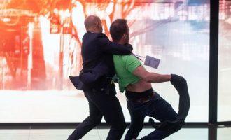 Οικολόγος ακτιβιστής προσπάθησε να πλησιάσει τη Μέρκελ και τον πήραν σηκωτό (βίντεο)