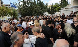 Πλήθος κόσμου στο τελευταίο αντίο στον Μαχαιρίτσα – Πήγε και ο Μητσοτάκης (φωτο)