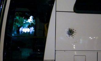Παραδόθηκε ο 45χρονος που πυροβόλησε τουριστικό λεωφορείο έξω από το «Κάραβελ»