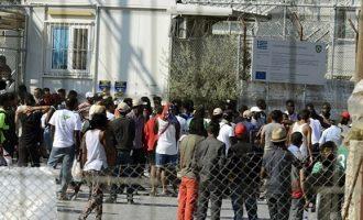 Τα βρόντηξε ο διοικητής του κέντρου υποδοχής προσφύγων της Μόριας