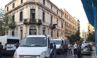 Η Αστυνομία βγάζει τους καταληψίες μετανάστες από το «Τοσίτσειο» στην Αχαρνών
