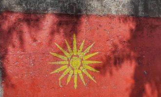 Βόρεια Μακεδονία: Οπαδοί του VMRO-DPMNE ζωγραφίζουν τον Ήλιο της Βεργίνας