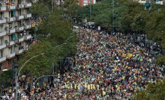 Παρέλυσε η Βαρκελώνη: Χιλιάδες διαδηλωτές στους δρόμους για τις φυλακίσεις αυτονομιστών ηγετών