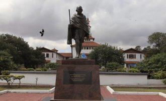 Έκλεψαν την τέφρα και βεβήλωσαν το μνημείο του Γκάντι στην Ινδία