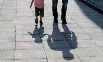 Μπαμπάδες κάθονται στα θρανία για να γίνουν καλύτεροι γονείς