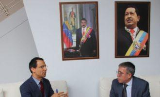 Είστε αστείοι; Αναγνωρίζετε τον Γκουάιντο ως πρόεδρο και ο Πιπίνης πάει στην πρεσβεία του Μαδούρο;