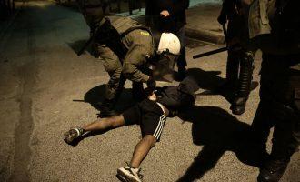 «Ξεσαλώνουν» τα ΜΑΤ στα Εξάρχεια: Απροκάλυπτη βία και προσαγωγές