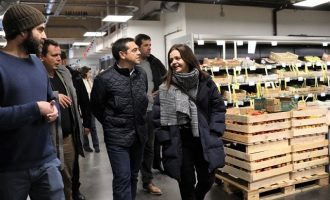 O Tσίπρας επισκέφθηκε πρωτότυπο συνεργατικό σούπερ μάρκετ στο Παρίσι (φωτο)