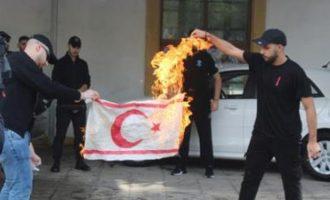 Μέλη του ΕΛΑΜ έκαψαν τη «σημαία» του ψευδοκράτους – Αναβρασμός στα κατεχόμενα