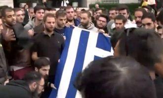 Δείτε πώς οι φοιτητές της ΠΑΣΠ «εξαφανίζουν» τη σημαία του Πολυτεχνείου (βίντεο)