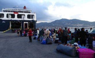 Στον Πειραιά και άλλοι 120 μετανάστες και πρόσφυγες από νησιά του Αιγαίου