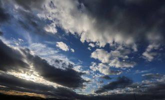 Καιρός: Νεφώσεις, βροχές, καταιγίδες, αλλά και μικρή άνοδος θερμοκρασίας τη Δευτέρα