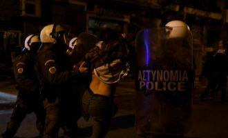 Εξάρχεια: Βίντεο από επίθεση άνδρα των ΜΑΤ σε κοπέλα μετά την πορεία για τον Γρηγορόπουλο