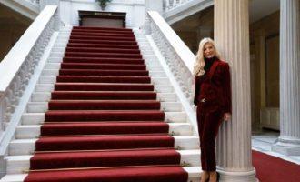 H Mαρίνα Πατούλη πόζαρε στο Προεδρικό και είναι «ασορτί» με το χαλί  (φωτο)