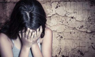 15 χρόνια βιασμού από τον πατέρα, το πορνό και η μάνα που δεν την πίστεψε