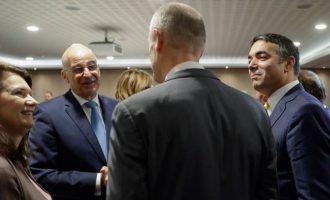 Ο Νίκος Δένδιας «πήρε από το χέρι» Βορειομακεδόνα και Αλβανό ΥΠΕΞ στις Βρυξέλλες