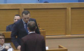 Ρινγκ η Βουλή της Βοσνίας: Υπουργός χαστούκισε βουλευτή (βίντεο)