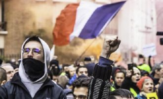 Επιστρέφουν τα «Κίτρινα Γιλέκα» στο Παρίσι: «Η μάχη για ένα διαφορετικό μέλλον συνεχίζεται»