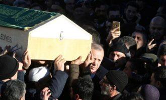 Τουρκία: Ο Ερντογάν κουβάλησε φέρετρο σε κηδεία θυμάτων του φονικού σεισμού