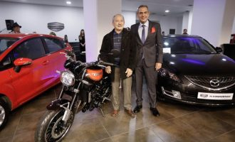 Ο «μισός» Πάνος Καμμένος άνοιξε έκθεση αυτοκινήτων μαζί με τον γιο του