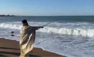 Ιερέας έριξε τον σταυρό με… καλάμι ψαρέματος (βίντεο)