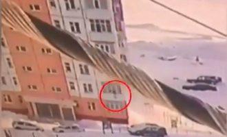 Γυναίκα έπεσε από τον ένατο όροφο κτιρίου και επέζησε (βίντεο)