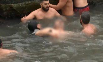 Κωνσταντινούπολη: Βούτηξε για τον Σταυρό στα νερά του Βοσπόρου και λιποθύμησε (βίντεο)