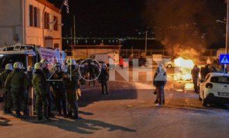 «Πνίγηκε» στα δακρυγόνα η Μυτιλήνη – Όλο το βράδυ συγκρούσεις κατοίκων με ΜΑΤ