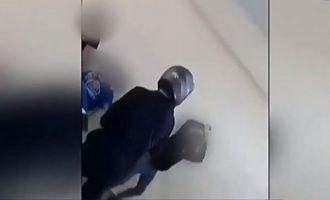 Μαθητές πλακώνονται με κράνη και ζώνες μέσα στην τάξη (βίντεο)