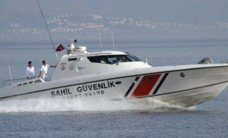 Το τουρκικό Λιμενικό «συνόδευσε» λέμβο με μετανάστες για να φτάσει σε νησίδα μας