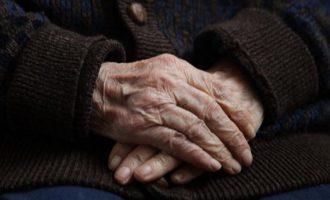 Ηλικιωμένη πέθανε αφού είδε να βιάζουν μπροστά της τις τρεις εγγονές της
