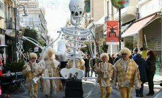 Έξαλλος ο Μόσιαλος για τους καρναβαλιστές της Πάτρας – «Ανευθυνότητα και γαϊδουριά»
