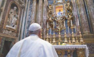 Ο Πάπας προσευχήθηκε μπροστά στην εικόνα της Παρθένου υπέρ του τέλους της επιδημίας