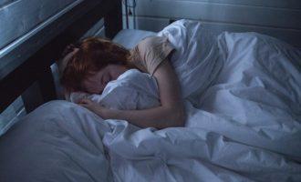 Αμερικανίδα πνευμονολόγος: Είμαστε πολύ ευάλωτοι στον κοροναϊό όταν κοιμόμαστε