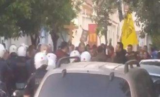 Σε ναό στον Κορυδαλλό συγκεντρωμένοι ζητούσαν επίμονα να βγει ο επιτάφιος – 18 προσαγωγές (βίντεο)