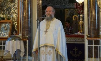 Συνελήφθη ο «ιπτάμενος ιερέας» στη Χίο που λειτουργούσε με ανοιχτές τις θύρες της εκκλησίας (βίντεο)