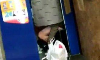 Κορωνοϊός: Ζευγάρι στη Βαρκελώνη «το έκανε» μέσα σε φωτογραφικό θάλαμο στο Μετρό