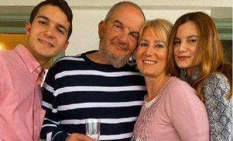 Ο Κώστας Καραμανλής άφησε μούσι και… μένει σπίτι για τα γενέθλια της Νατάσας