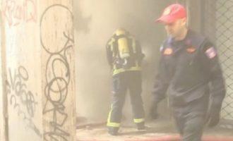 Πυρκαγιά σε αποθήκη στο Μεταξουργείο – Ακούγονται εκρήξεις (βίντεο)
