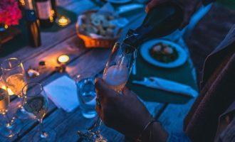 Νεαροί κάνουν πάρτι κορωνοϊού με αμοιβή για όποιον νοσήσει
