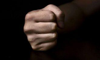 Ρατσιστική επίθεση: Πατέρας έδειρε 12χρονο συμμαθητή του γιου του (βίντεο)