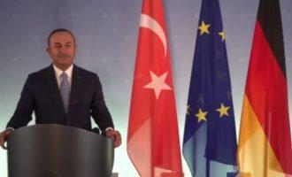 Τσαβούσογλου: Η Τουρκία «απαιτεί» από τη Γαλλία να ζητήσει συγγνώμη