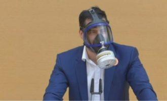 Γερμανός ακροδεξιός βουλευτής εκφώνησε ομιλία με μάσκα αερίων (βίντεο)