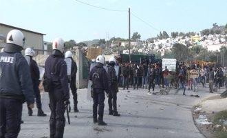 Λέσβος: Επεισόδια με πρόσφυγες και αστυνομικούς – Πετροπόλεμος και ρίψη χημικών (βίντεο)
