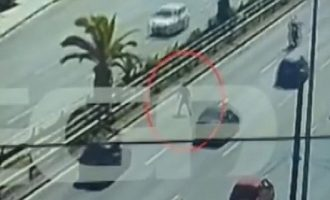Αυτοκίνητο παρέσυρε πεζό που επιχείρησε να διασχίσει τη λεωφόρο Συγγρού (βίντεο)